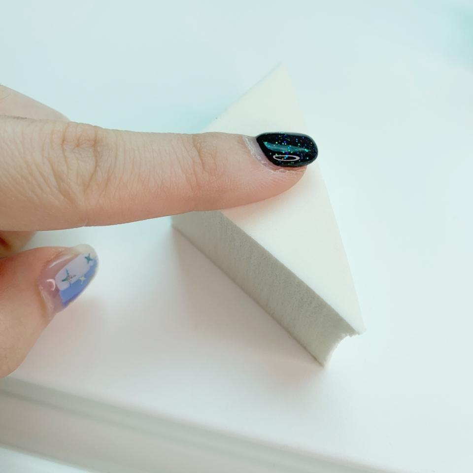 손에 쥐는 부분은 매끈하게 코팅되어 있어 전체적으로 베이스를 완성한 후 코팅면으로 가볍게 두드려주면 자연스럽게 감도는 윤기를 만들 수 있어요