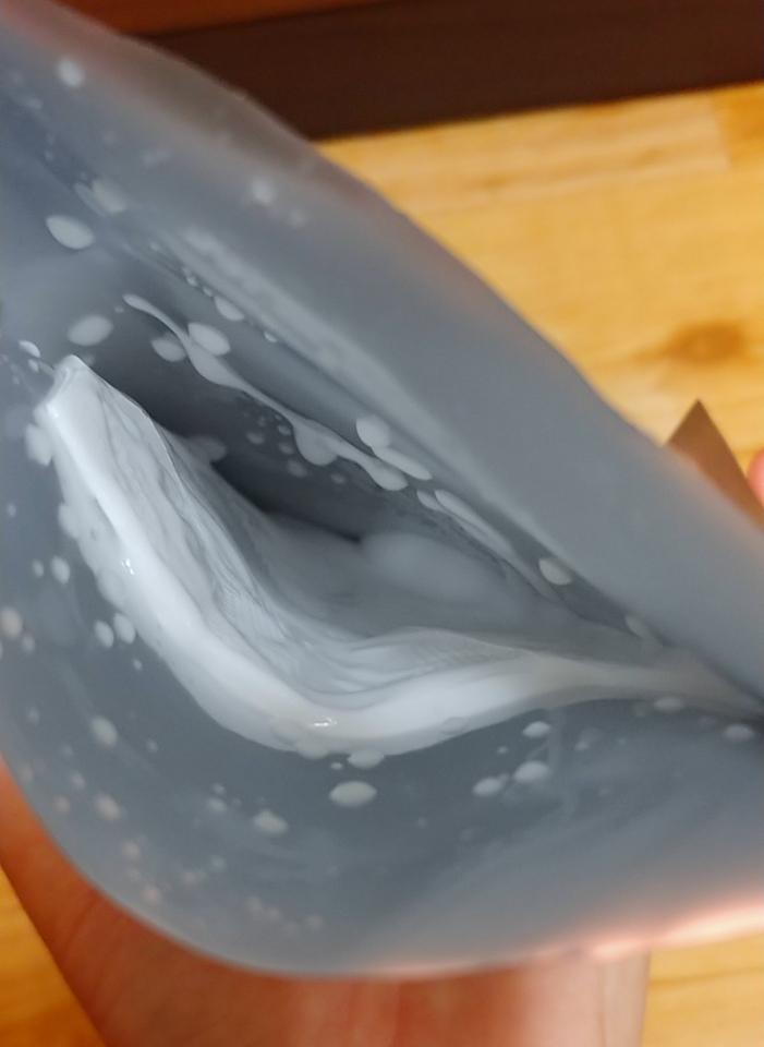 마스크팩을 열어보니 액이 가득이네요. 마스크팩을 빼니 액이 흘러내릴정도예요.