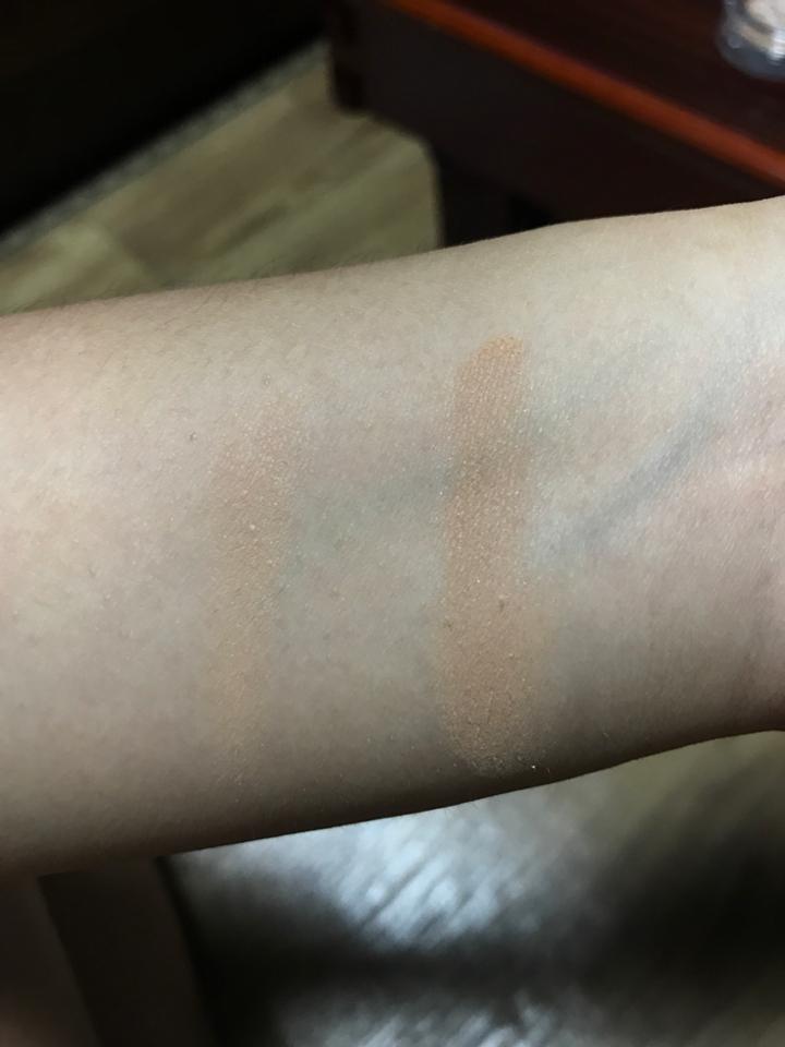 왼쪽은 한번 발색 오른쪽은 3-4번정도 발색한거에요 제가 피부가 좀 까무잡잡하다보니 한번 발색한건 티도 안나더라구요.... 그래서 저는 한번 바를때 2-3번은 덧칠해서 발색합니당