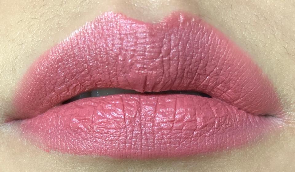 가장 손이 안가는 살짝 쿨한 말린장미컬러의 코랄리본. 핑크코랄컬런데 왤케 제 입술에선 쿨한 느낌이 들죠. ㅠㅠ 예쁘지만 쳐박템!