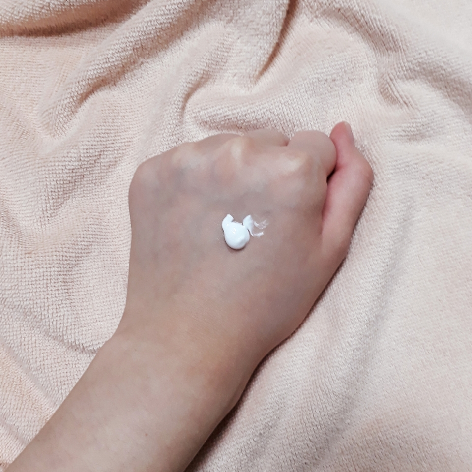 이게 딱 힌번 쭉 짠 양이에요  색상은 그냥 일반적인 미백크림처럼 하얀색 입니다.