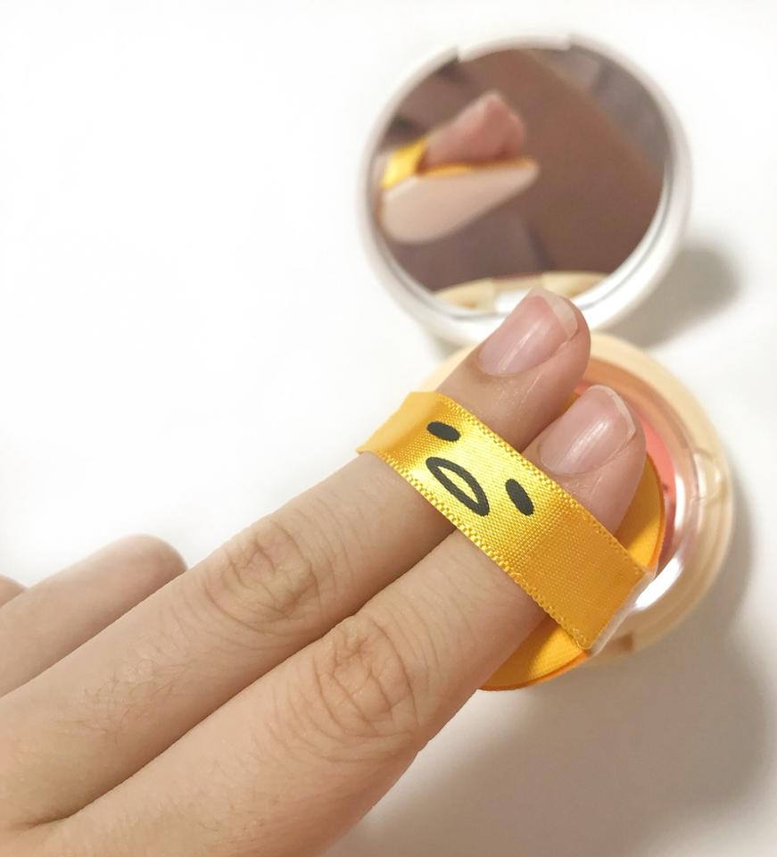 손가락 두개도 낑겨 들어갈 정도로 진짜 작아요!  블러셔 바를때는 퍼프가 작아서 좋더라구요😚