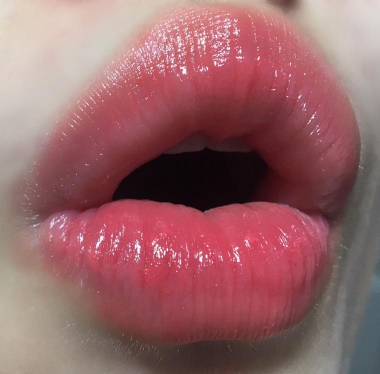 이게 레전드,,, 여러분 보이십니꽈,,, 대박입니다ㅠㅠㅠㅠㅠㅠㅠㅠㅠㅠㅠㅠㅠㅠㅠ 사랑해요❤️❤️ 지속력은 생각보단 좋았어요 솔직히 촉촉함 + 립스틱이라 뭐.. 1시간? ㅋㅋㅋ 이럴 줄 알았는데 한 2시간은 뭐 먹지만 않으면 문제없더라구요!