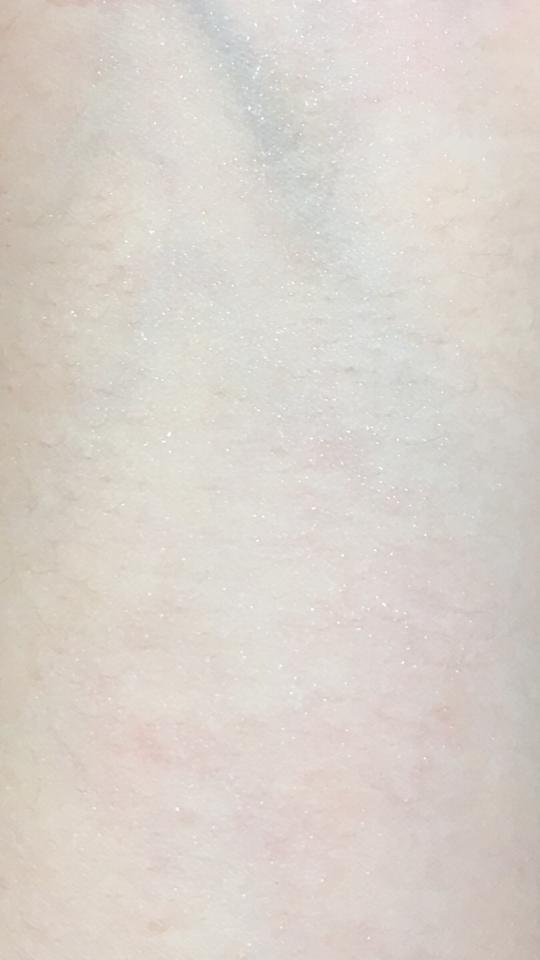 피부에 어떻게 분사되었는지 잘 보이지 않아서 손목에 분사시켜준 후 확대했어요  그래도 잘 보이지 않는데 그만큼 안개처럼 촘촘하게 분사돼요