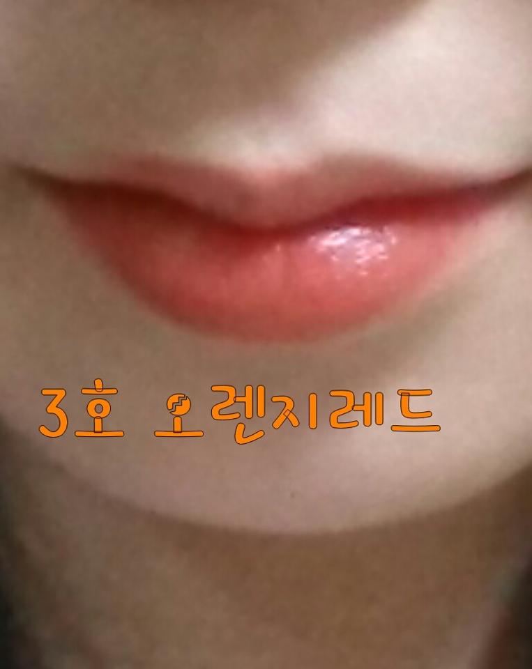 저의 ( 각질각질 ) 입술에 발라봤는데 역시... 저에겐 핑크보단 오렌지색이 어울리지만  애초부터 입술에 각질때문에 포기해야할듯한....