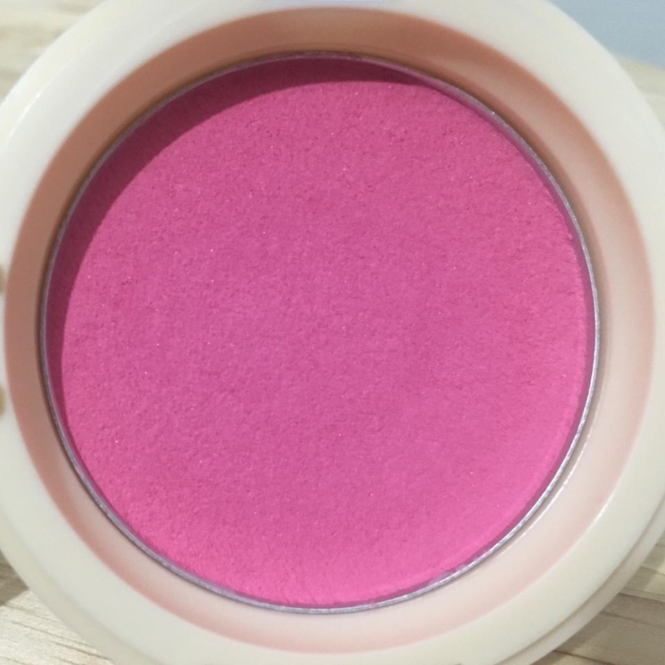 색은 딱 핑크와 보라 중간의 플럼색이에요! 이렇게 보면 아 이 엄한갈 어떻게 발라 하실 수 있지만 막상 발라보면 너무너무 예쁘더라구요!!  그리고 젤리 타입이기 때문에 누르면 모양이 변형되요!