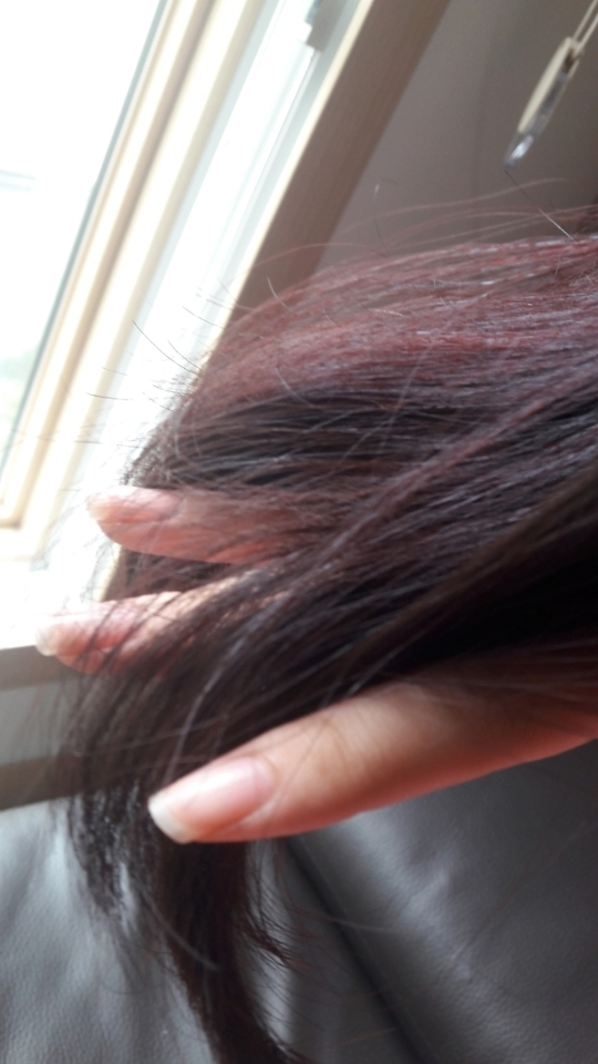 오늘 자연광 아래에서 찍었습니다! 제 머리가 좀 많이 까만 흑색인데 생각보다 티가 많이나죠?