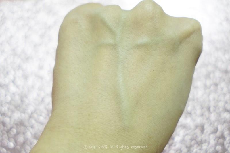 손등 사용후 살짝 톤업되는 느낌 정도라 맨얼굴에 바르면 뭔지 모르게 투명하면서 뽀얘보이는 그런정도죠!