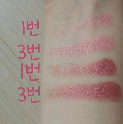 위는 09호 러블리걸스의 1,3번 발색 아래는 15호 트와일라잇의 1,3번 발색 트와일라잇은 막 빨간보다는 자주색쪽이에요 그리고 막상 눈에 발라보면 진한 핑크(핫핑크는아님)의 색이 드러납니다