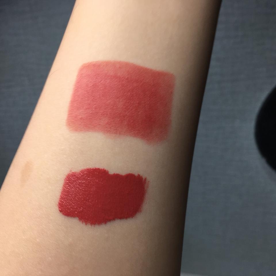위에 발색이 이 립스틱이에요! 아래는 립 드라이버구요 진짜 설명대로 가볍지만 발색도 진짜 좋아요 저는 개인적으로 레이어드 할 때 베이스로 깔면 좋을 갓 같아용. 물론 단독으로 써도 완전 예쁘구요