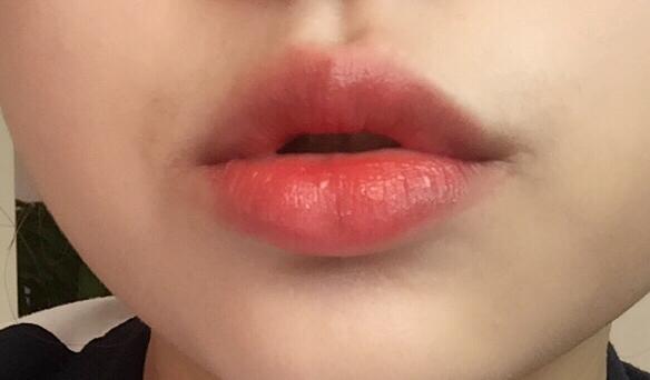 풀발색 해준 입술이에요!! 너무 예쁘죠.. 💕 역시 고발색립은 맥!!! 너무 예쁩니댱ㅎ 두번 쓱 쓱 발랐는데 발색이 너무 조아요💜