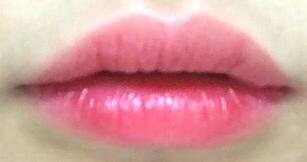 오마이로스 입술에 발라버림.... 폰카에는 색감이 잘 안잡혔지만 ㅜㅜ 로즈빛돌고 색깔아주 예뻐버립니다....❣️